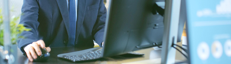 イメージ:PCに向かって作業をしている男性